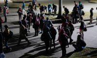 AME6706. SAN PEDRO SULA (HONDURAS), 30/03/2021.- Un grupo de personas que componen una nueva caravana migrante parte con rumbo a la frontera de Corinto hoy, en San Pedro Sula (Honduras). Un grupo de migrantes hondureños salió este martes hacia el punto de Corinto, fronterizo con Guatemala, como parte de una caravana que se dirige hacia Estados Unidos, pese a los riesgos del viaje y las medidas anunciadas por las autoridades guatemaltecas para contener la movilización. EFE/ Jose Valle