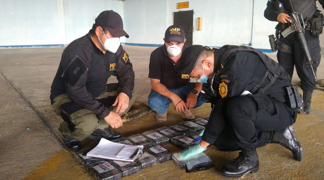 Hallan 230 paquetes con cocaína cerca del área donde aterrizó aeronave ilegal en la Sierra del Lacandón, Petén