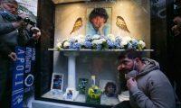 """-FOTODELDÍA- NÁPOLES (ITALIA), 06/02/2021.- Un hombre asiste a la inauguración de una capilla votiva dedicada a Diego Armando Maradona, este sábado en los Barrios Españoles de Nápoles. Seguidores del exjugador del Nápoles crearon un """"altar"""" tras conocerse el fallecimento de su ídolo el pasado 25 de noviembre. EFE/CESARE ABBATE"""