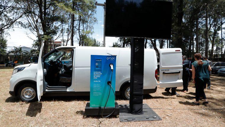 En el país están activos alrededor de 240 vehículos eléctricos, según Amegua, la cual realizó junto al MEM una exhibición de varias unidades. (Foto, Prensa Libre: Esbin García).