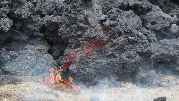 El Ejército de Guatemala trabaja con maquinaria para intentar desviar el flujo de lava del volcán Pacaya. (Foto Prensa Libre: Érick Ávila)