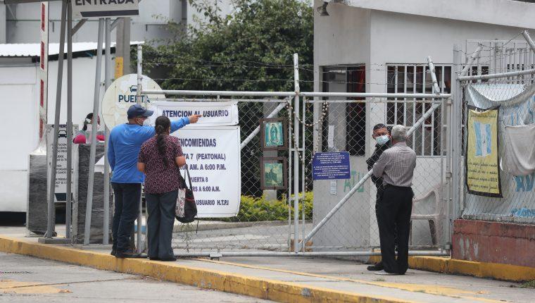 El intensivo del hospital temporal del Parque de la Industria se encuentra lleno. (Foto Prensa Libre: Erick Ávila)