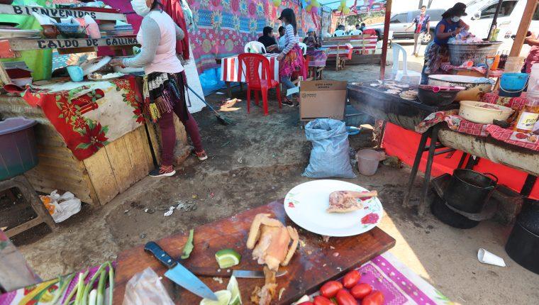 Ventas de alimentos sobre el libramiento de Chimaltenango que cada vez aumenta más. (Foto Prensa Libre: Érick Ávila)