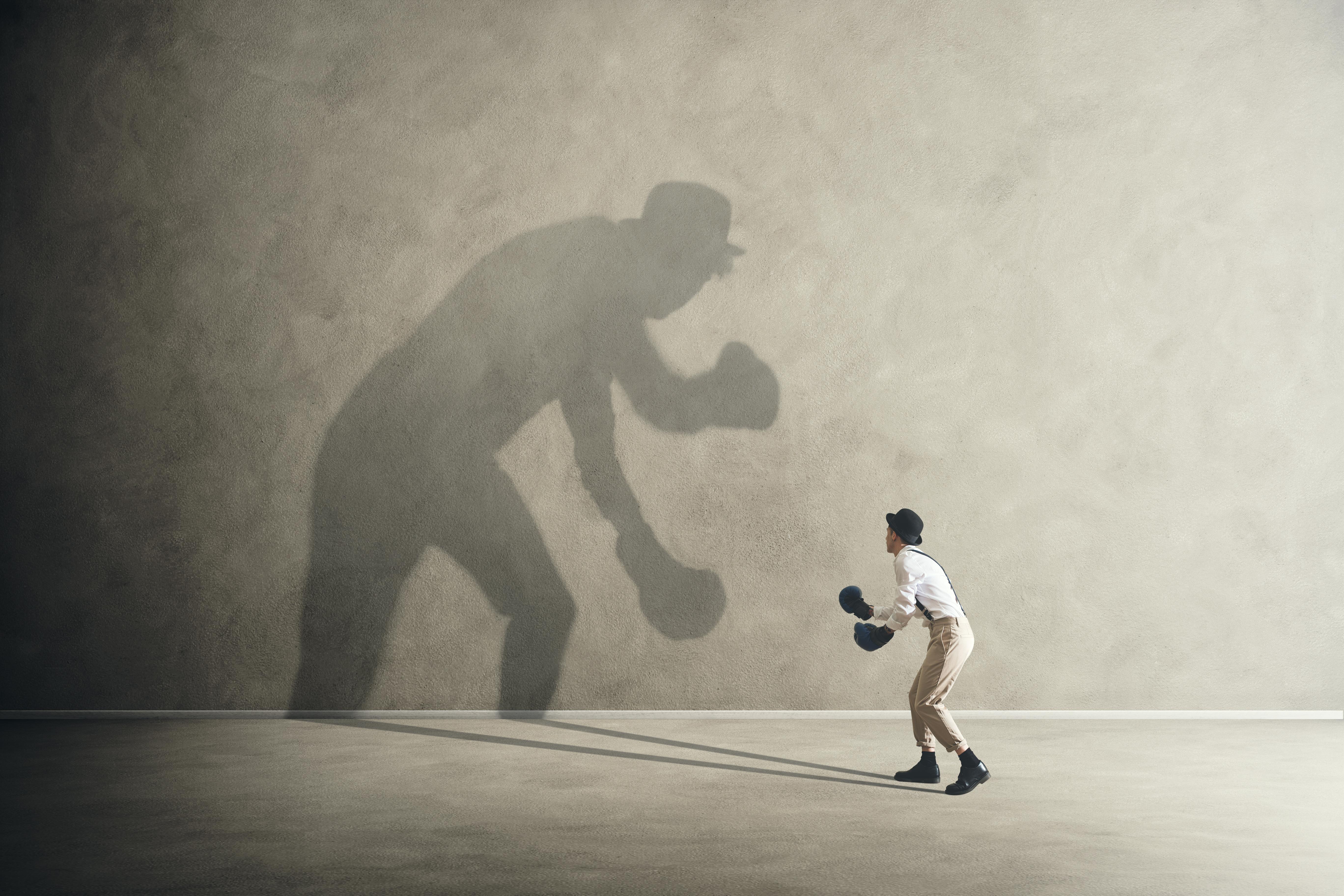 Puede suceder que una persona utilice la inseguridad como mecanismo de defensa y lo trasforme en actitudes arrogantes, agresivas, distantes o peyorativas ante otras personas.