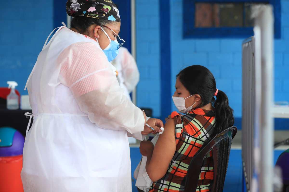 Fitch: Rezagada vacunación en Guatemala es un riesgo económico