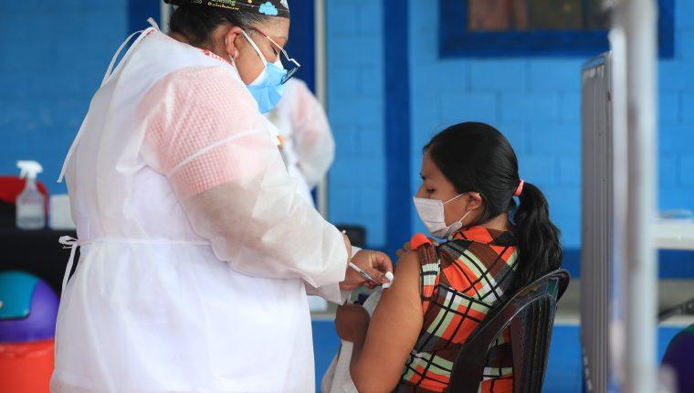 La agencia de calificación de riesgo Fitch dijo que la campaña de vacunación, en Jamaica, Nicaragua y Guatemala, se ha quedado rezagada en otras regiones del mundo. (Foto Prensa Libre: Hemeroteca)