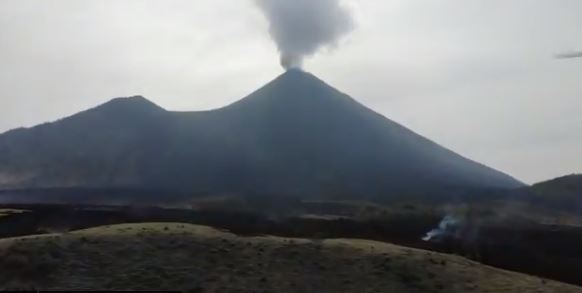 Lava del Volcán de Pacaya continúa avanzado y bloquea el camino hacia la aldea Los Pocitos