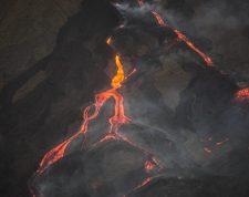 AME7438. SAN VICENTE PACAYA (GUATEMALA), 01/04/2021.- Fotografía que muestra la actividad del volcán Pocayá hoy, desde la aldea El Rodeo, en San Vicente Pacaya (Guatemala). El volcán Pacaya, uno de los más activos de los 32 que tiene Guatemala, mantiene su actividad este jueves, con la afectación de más de 1.300 familias agricultoras. EFE/ Esteban Biba