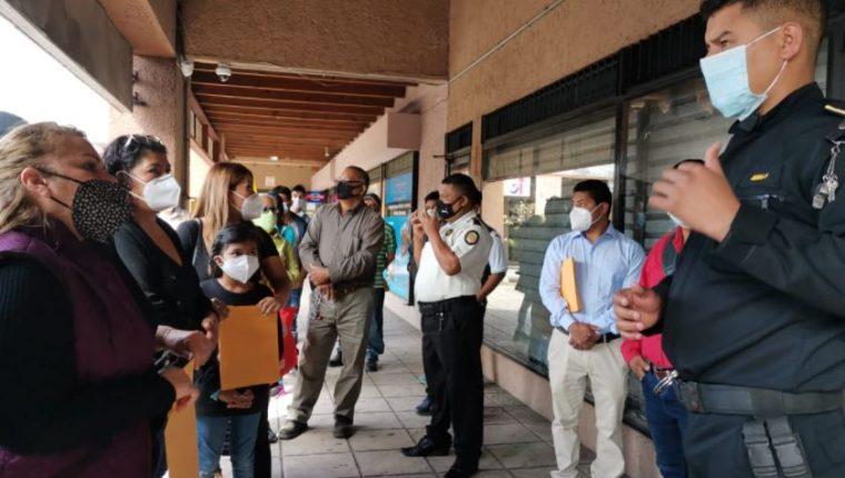 Policía informa a las personas que no serán atendidas en el Centro de Emisión de Pasaportes. (Foto Prensa Libre: Esbin García)