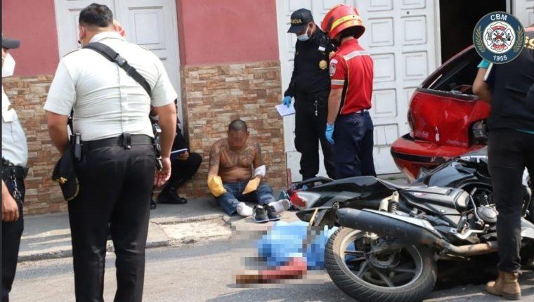 Uno de los presuntos pandilleros murió en el lugar donde se estrellaron con un carro estacionado. (Foto Prensa Libre: Bomberos Municipales)