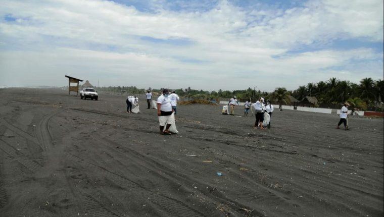 Voluntarios participan en jornadas de recolección de basura en playas públicas de Guatemala. (Foto Prensa Libre: MARN)