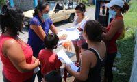 La docente visita cada fin de semana a las familias y entrega el material didáctico que ella misma elabora para sus alumnos. (Foto Prensa Libre: Carlos Paredes)