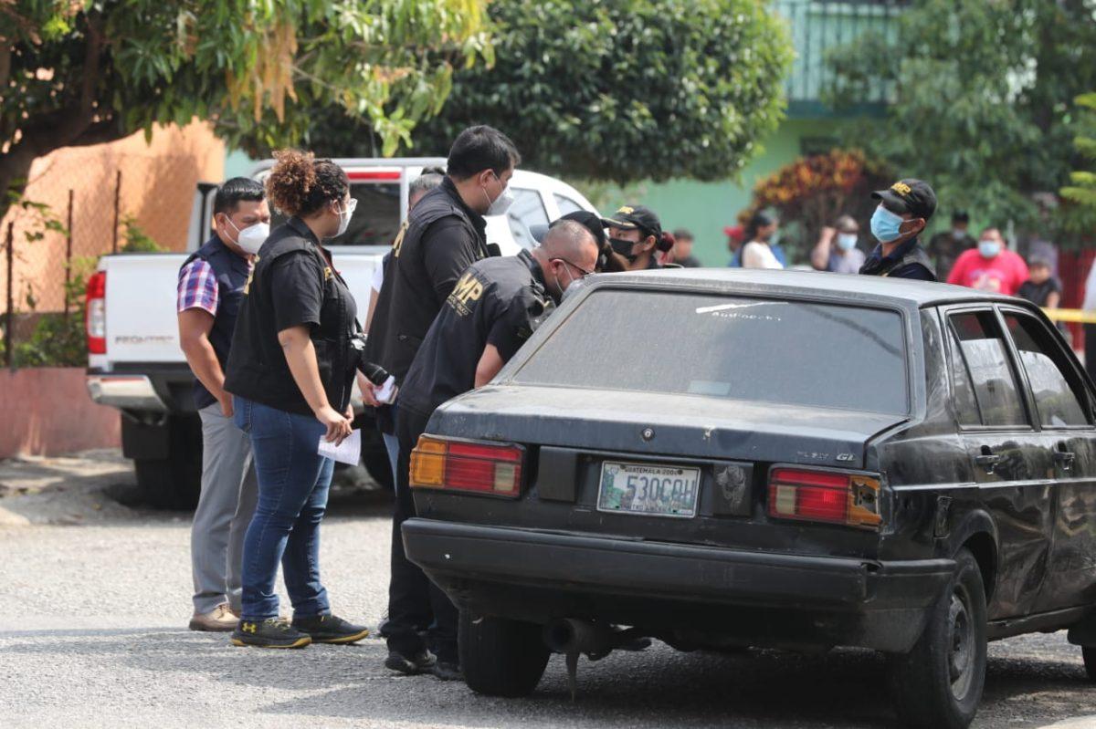 Hallan los cadáveres de dos personas en un vehículo abandonado en la zona 12