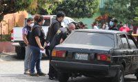 Vecinos de la zona 12 capitalina, colonia La Reformita, se sorprendieron al ver que dos cadáveres fueron abandonados en un vehículo.  (Foto Prensa Libre: Érick Ávila)