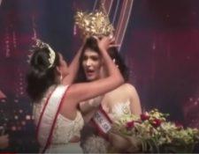 Momento en el que  actual Mrs World 2020, Caroline Jurie, le arrebatara por la fuerza la corona a Pushpika De Silva. (Foto Prensa Libre: Captura de video)