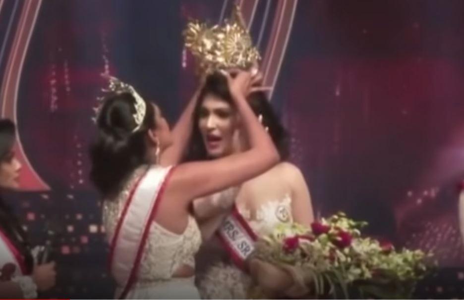 Video: Reina de Belleza es detenida por arrancar  la corona a ganadora de certamen