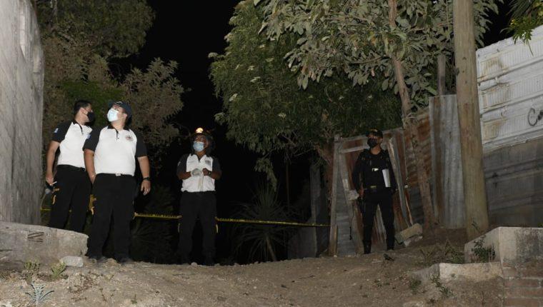 Según la PNC, cinco hombres y una mujer se reunieron en una casa en la zona 4 de Villa Nueva para ingerir licor, pero discutieron y ocurrió una balacera. (Foto Prensa Libre: Bomberos Voluntarios)