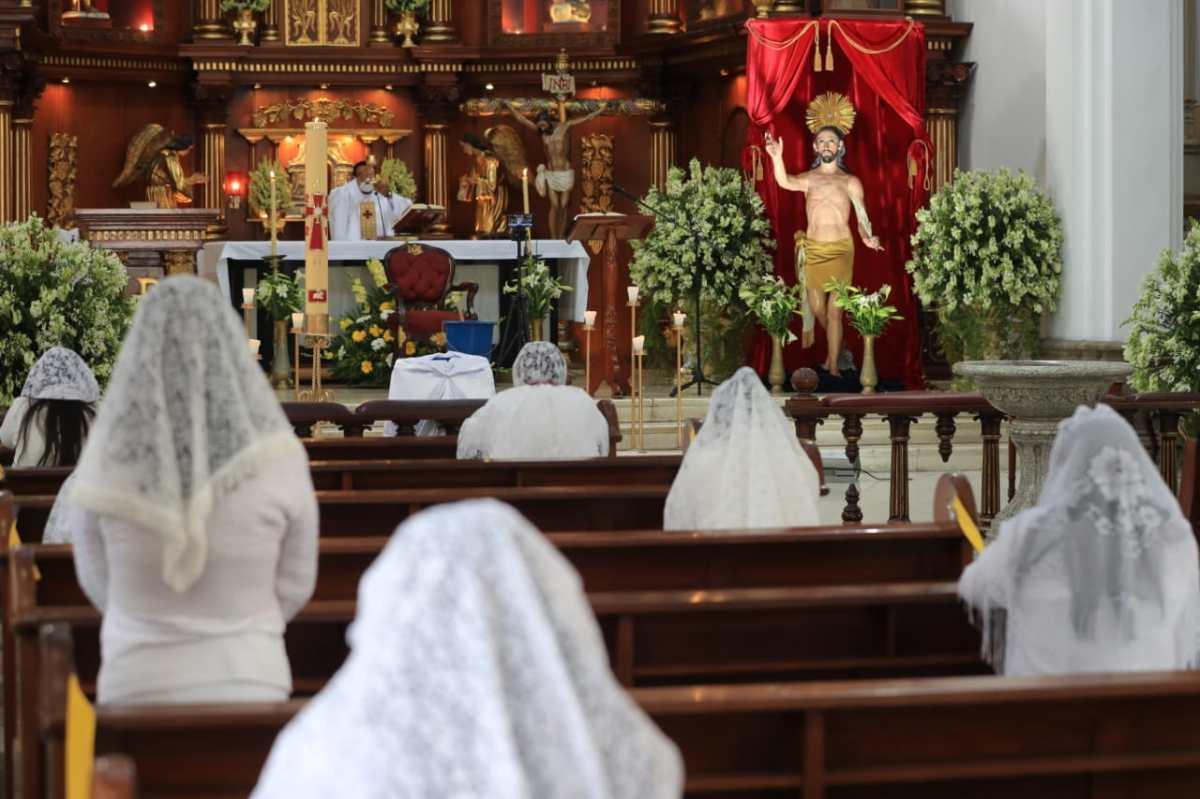 Un Domingo de Resurrección atípico en El Calvario: con dos feligreses por banca y uso obligatorio de mascarilla