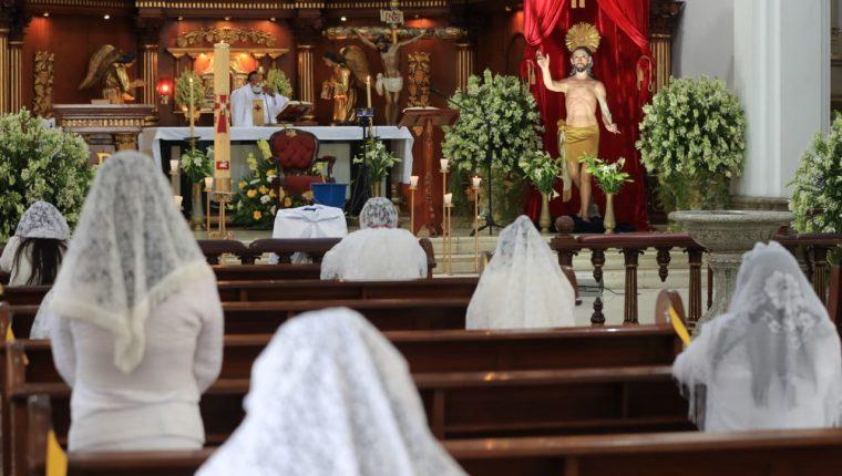 Feligreses celebran la misa del Domingo de Resurrección en la Parroquia de El Calvario. (Foto Prensa Libre: Byron García)