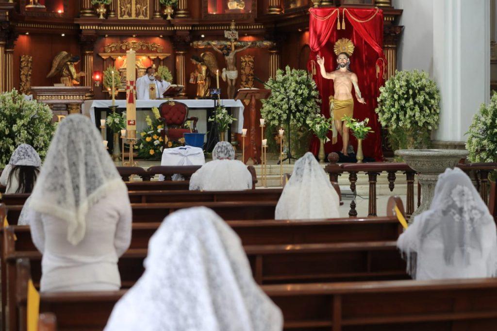 Creyentes vuelven a celebrar la misa de Resurrección luego de que en 2020 se suspendieran las actividades a causa de la pandemia. (Foto Prensa Libre: Byron García)