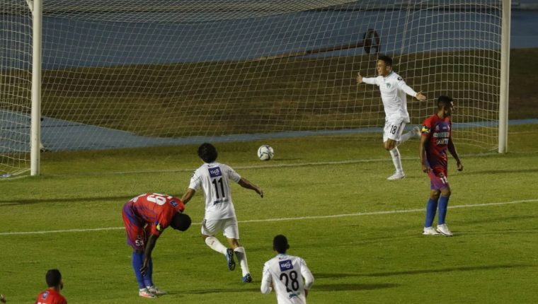 Óscar Santis festeja el primer gol de Comunicaciones en el triunfo contra Iztapa. (Foto Prensa Libre: Esbin García).