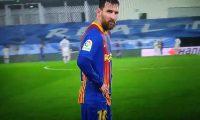 Lionel Messi no aguantó el frío y pidió cambiarse de camisola en pleno partido contra el Real  Madrid. (Foto Prensa Libre).