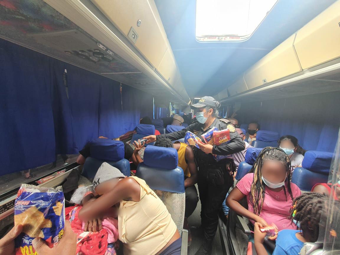 Piloto y ayudante de autobús son capturados por trasladar a 60 migrantes
