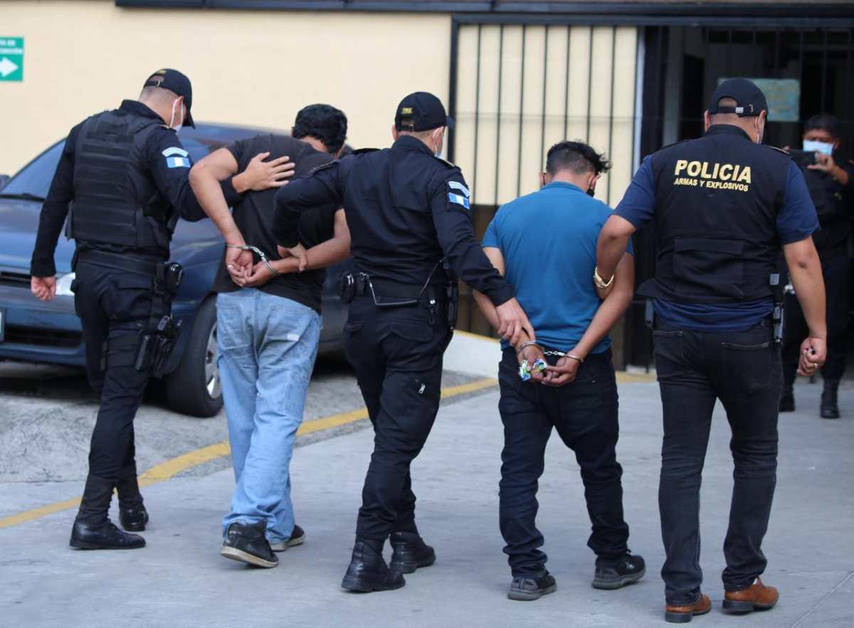 Dos supuestos repartidores son capturados por trasladar un arma