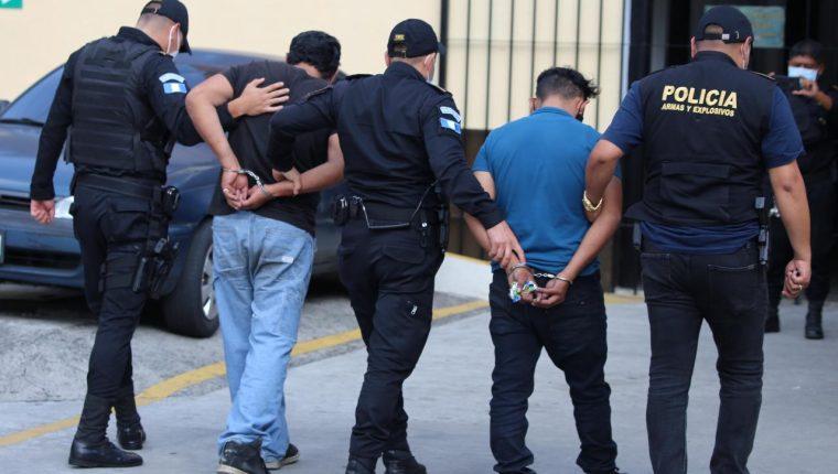 Los detenidos fueron trasladados al Juzgado para resolver su situación legal. Foto Prensa Libre: PNC.