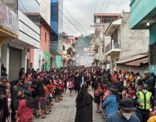 Sin distanciamiento y algunos sin mascarilla, pobladores participan del cortejo procesional en Chichicastenango. (Foto Prensa Libre: Héctor Cordero)