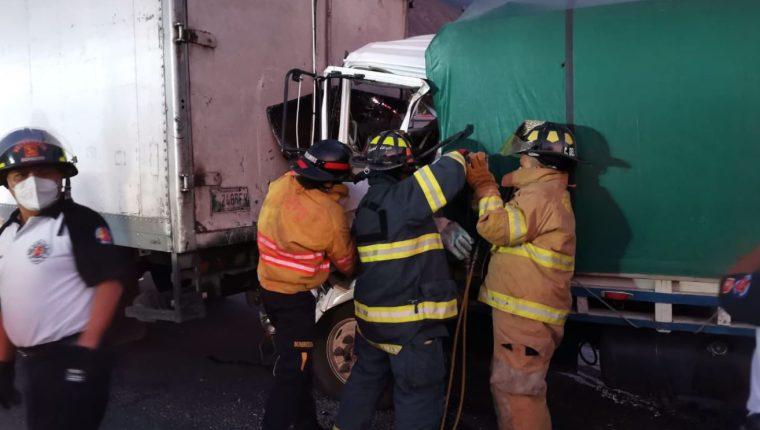 Bomberos Voluntarios utilizan equipo hidráulico para recuperar el cadáver del piloto del camión que murió en el accidente del km 30 ruta al Pacífico. (Foto Prensa Libre: Bomberos Voluntarios: