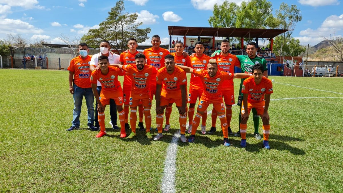 El Deportivo Achuapa festeja una sufrida victoria contra el campeón Guastatoya