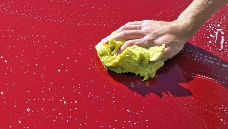 Los CDC sugieren suficiente agua y jabón en superficies para bajar riesgo de contagio. (Foto Prensa Libre: Pixabay)
