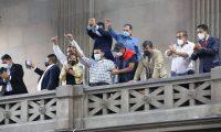 Desde el palco, un grupo de alcaldes aplaude la aprobación de la reforma a la Ley de Contrataciones del Estado el pasado 28 de abril, en la sesión donde se aprobaron las modificaciones. (Foto Prensa Libre: Congreso de la República)