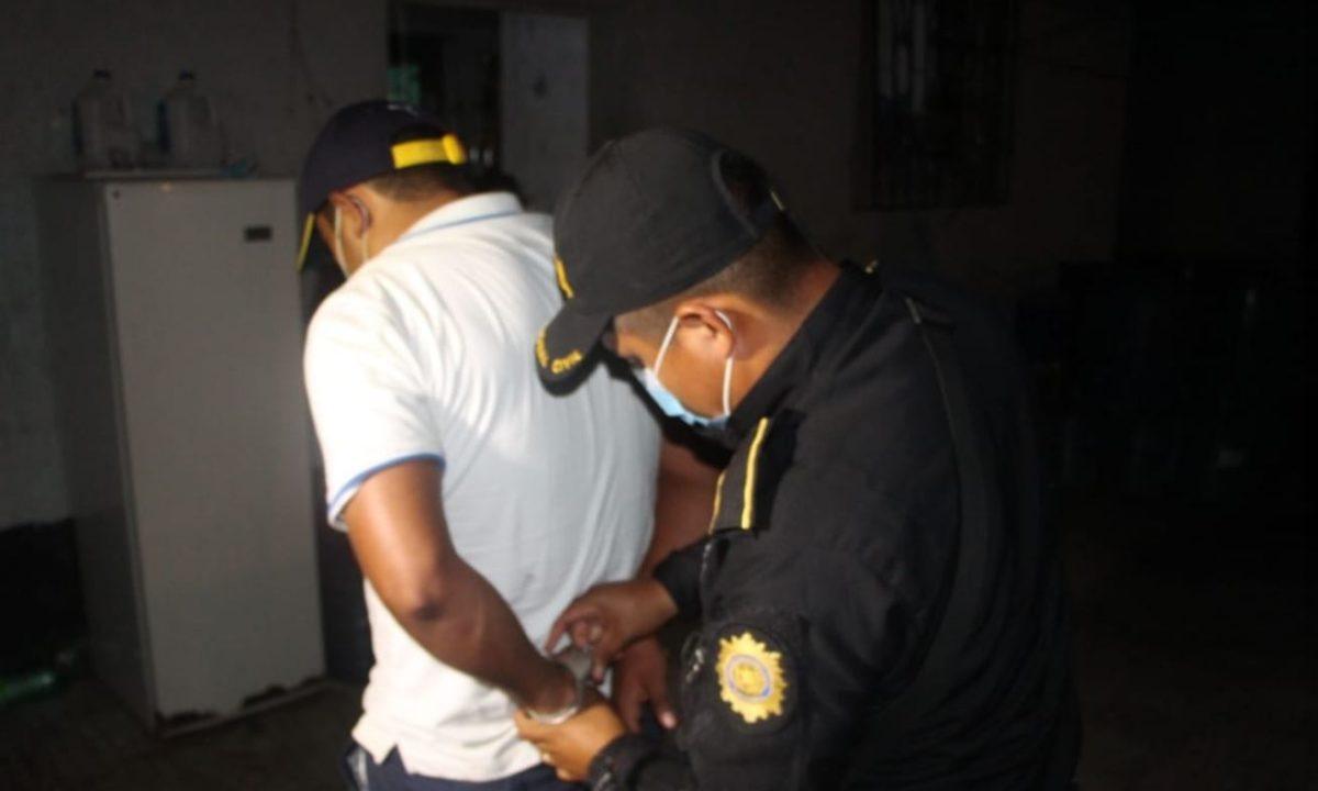 Detienen a hombre que supuestamente mantenía encadenada a su hermana de 15 años en Petén
