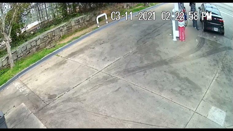 Hombre intenta robar el auto a un anciano de 82 años. (Foto Prensa Libre: YouTube/Atlanta Police Department)