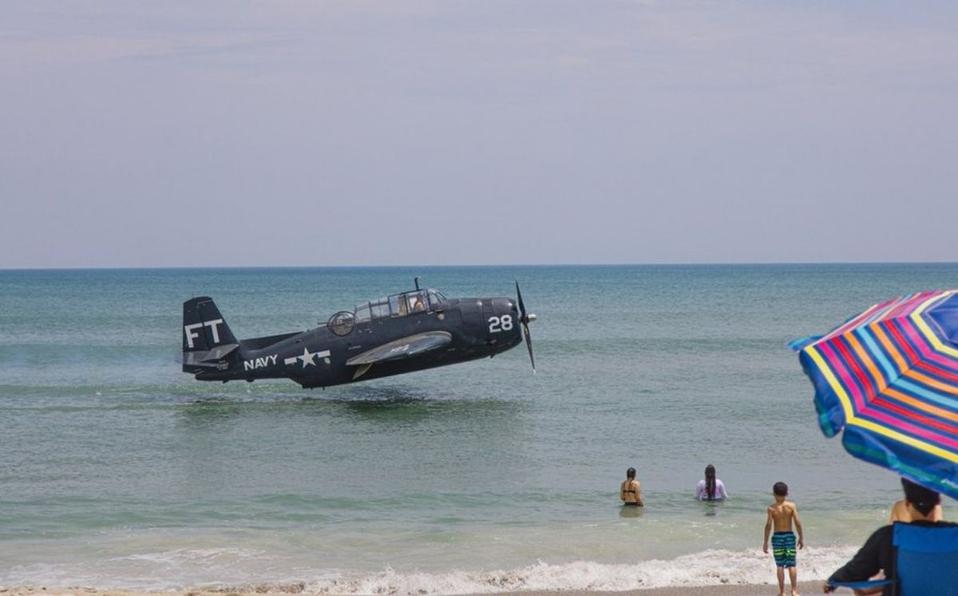 Video: Avión de la Segunda Guerra Mundial con fallas mecánicas ameriza frente a bañistas en Florida