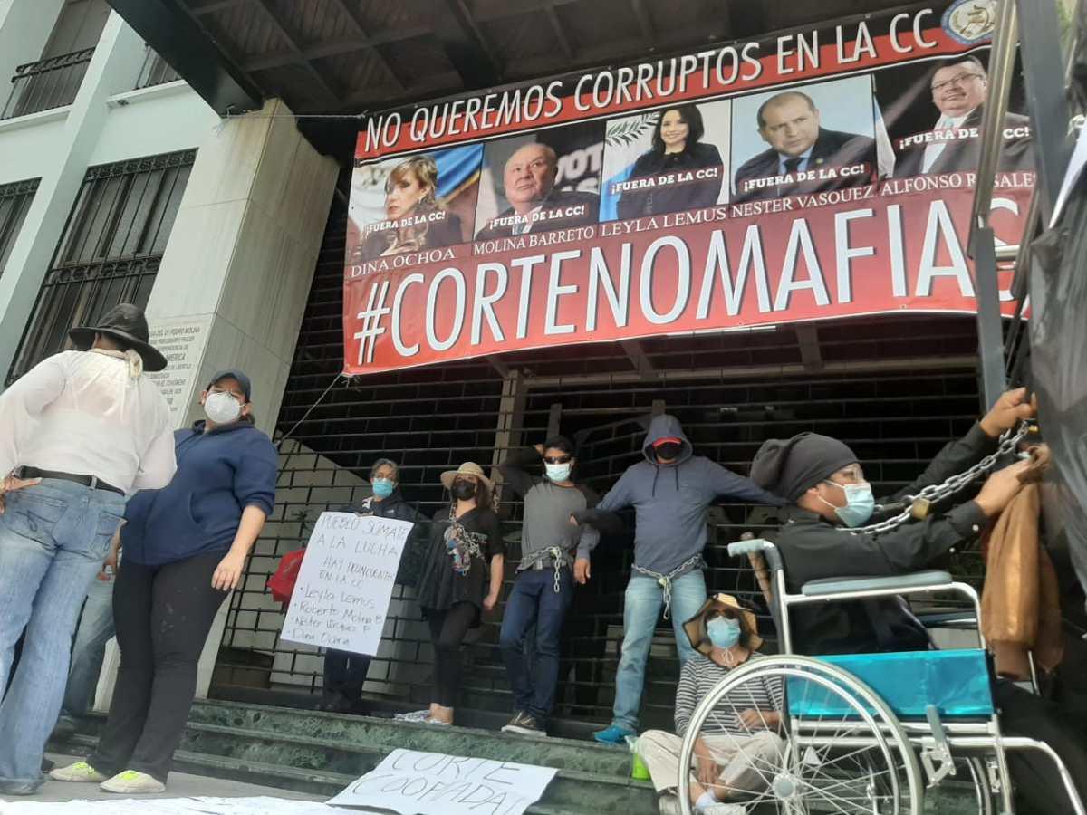 Protestas y amparos marcan el día de toma de posesión de magistrados de la CC