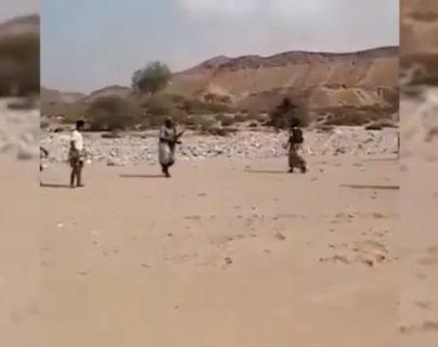 """En Yemen un """"árbitro"""" usó un fusil AK-47 como silbato en un partido callejero"""