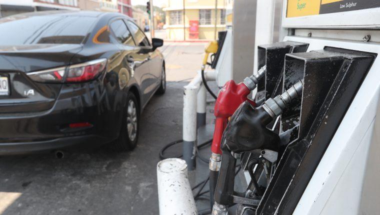 La variación alcista del precio internacional del barril del petróleo incremento el costo de la importación de los combustibles en el mercado local, según el MEM. (Foto Prensa Libre: Hemeroteca)