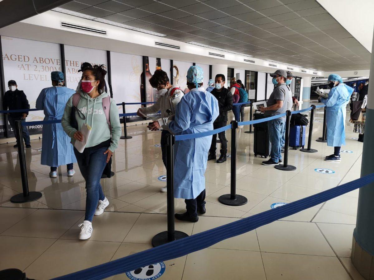 Aumentan viajes de guatemaltecos que buscan vacunarse contra el covid-19 en Estados Unidos
