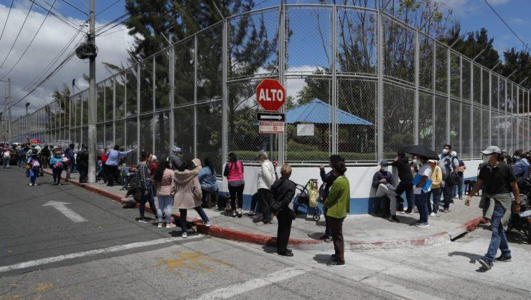 Salubristas y personas de la tercera edad esperan a ser inmunizados en uno de los puestos de vacunación. (Foto Prensa Libre: Esbin García)