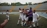 Los jugadores de Comunicaciones B festejan uno de los goles en el partido contra Xinabajul. (Foto Comunicaciones B).