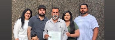 José Ángel Torres y su familia tras la ceremonia de naturalización en San Diego. (Foto tomada de Univision)
