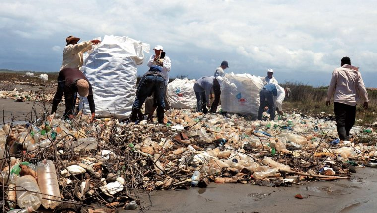 Trabajadores tratan de limpiar un área de la desembocadura del río Motagua. (Foto Prensa Libre: Hemeroteca PL)
