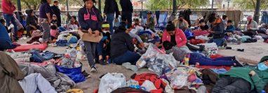 Migrantes centroamericanos deportados permanecen instalados en una plaza pública hoy, en Reynosa, estado de Tamaulipas. (Foto Prensa Libre: EFE)