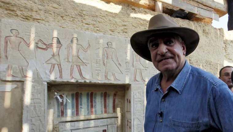 El famoso arqueólogo Zahi Hawas, lideró la misión del hallazgo en Egipto. (Foto Prensa Libre: EFE)