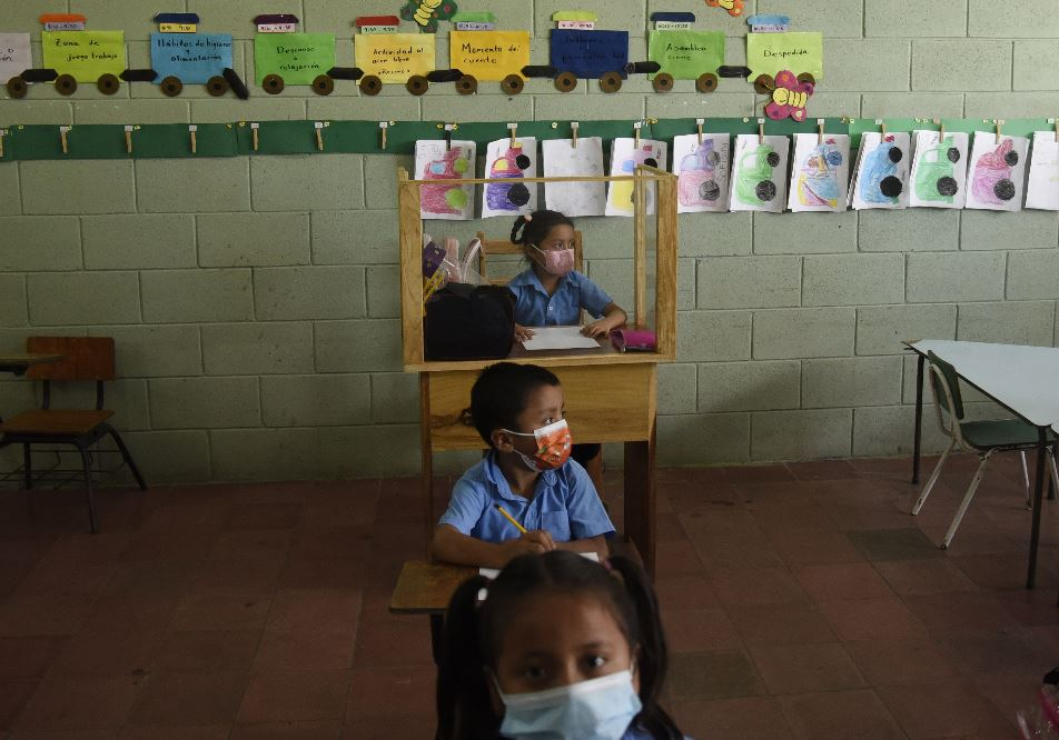 Un carpintero salvadoreño protege a su hija del coronavirus con peculiar pupitre