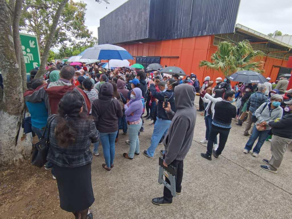 Personas aguardan por una dosis de la vacuna contra el covid-19 este Viernes Santo: Foto: María Renée Barrientos