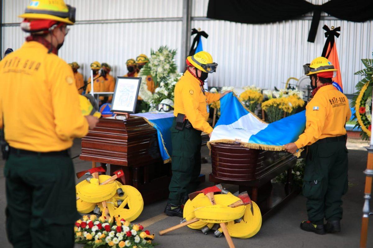 """""""Ser bombero era su manera de contribuir al país"""": Rinden homenaje a los tres rescatistas muertos en incendio forestal"""